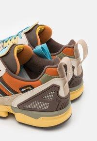 adidas Originals - ZX 8000 UNISEX - Sneakers laag - linen/brown/tech copper - 5
