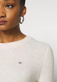 Calvin Klein - FLUFFY CREW NECK  - Svetr - pale taupe melange - 5