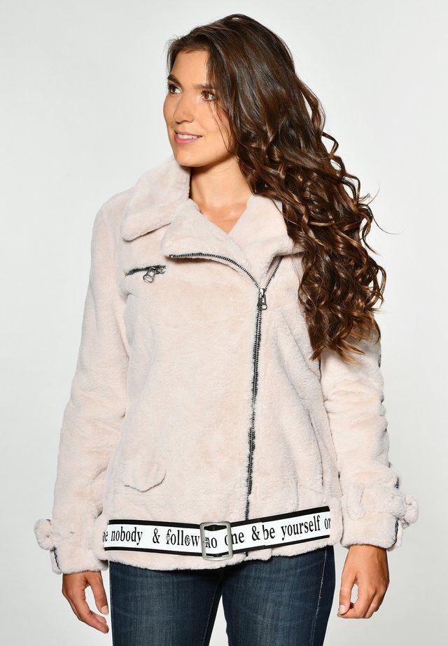 MIT ASYMMETRISCHEM REISSVERSCHLUSS MALIBU - Winter jacket - off white