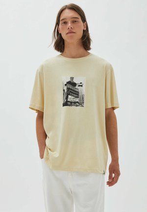 mit Sandgebäudeillustration - Print T-shirt - mottled beige