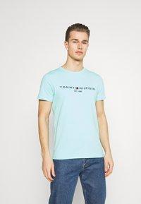 Tommy Hilfiger - LOGO TEE - T-shirt z nadrukiem - miami aqua - 0