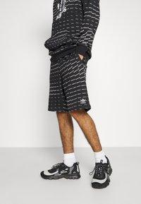adidas Originals - MONO - Shorts - black/white - 0
