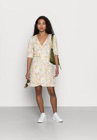 VILA PETITE - VIOCTAVIA DRESS PETITE - Jersey dress - birch/festival flower - 1