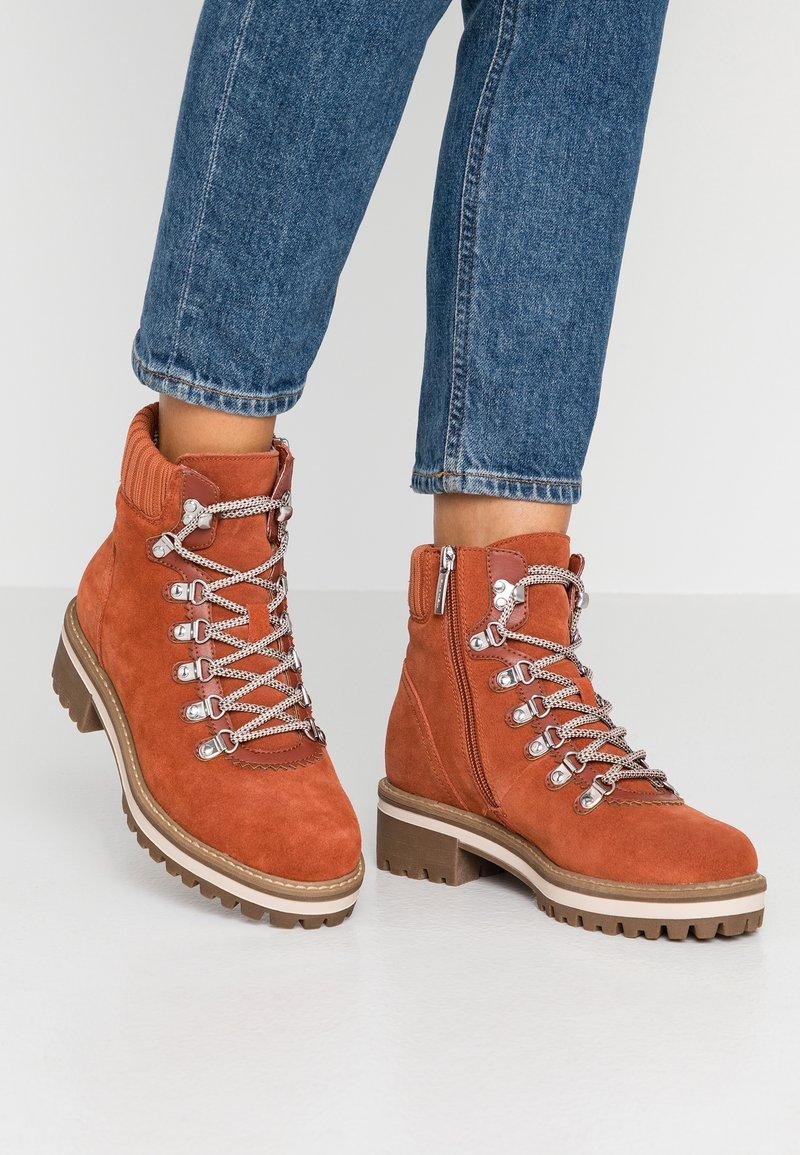 Tamaris - Šněrovací kotníkové boty - rust