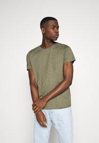 Burton Menswear London - SHORT SLEEVE CREW 3 PACK - Basic T-shirt - off white/navy/dusty - 5