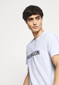 Calvin Klein - LOGO BOX - T-shirt med print - white - 4