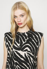 Monki - ALVINA SHOULDER DRESS - Basic T-shirt - zebra - 3