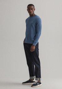 GANT - C NECK - Stickad tröja - denim blue - 5
