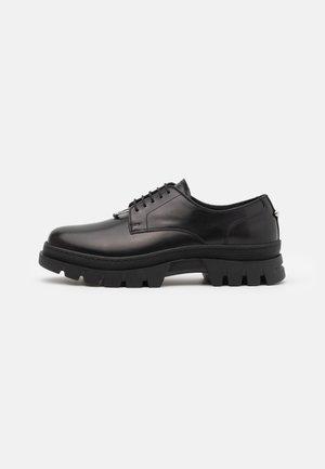 PIERCED PUNK DERBY - Šněrovací boty - black
