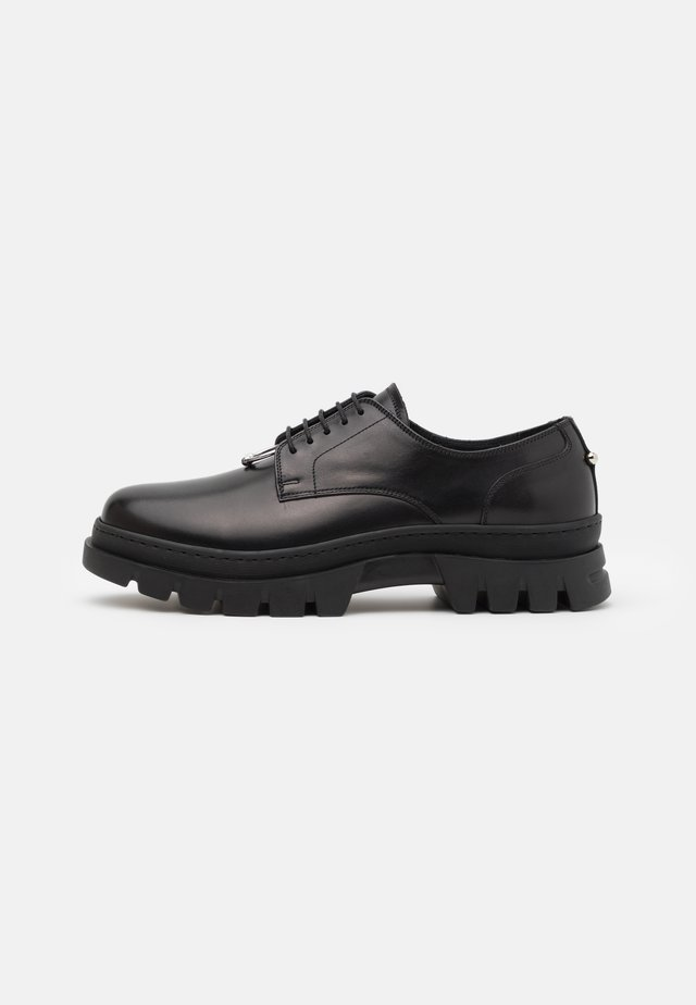 PIERCED PUNK DERBY - Derbies - black