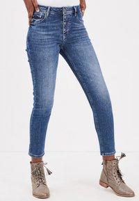 BONOBO Jeans - MIT KNÖPFEN - Slim fit jeans - stone blue denim - 0