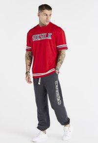 SIKSILK - SPACE JAM BASEBALL TEE UNISEX - T-shirt imprimé - red/green/ecru - 1