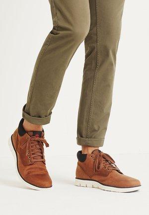 BRADSTREET  - Sznurowane obuwie sportowe - cognac