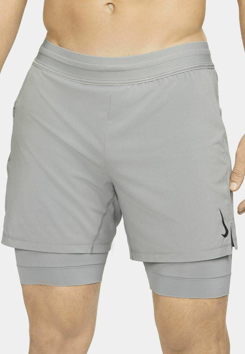 Nike Performance - ACTIVE YOGA - Sportovní kraťasy - particle grey/black