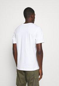 Nike Sportswear - TEE - T-shirt z nadrukiem - white - 2