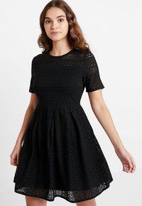 Vero Moda - VMHONEY PLEATED DRESS - Kjole - black - 0