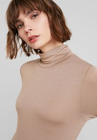 French Connection - VENETIA SPLIT CUFF - Long sleeved top - classic camel - 4