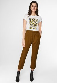 WE Fashion - WE FASHION DAMENHOSE MIT HOHER TAILLE UND TAPERED LEG - Spodnie materiałowe - mustard yellow - 1