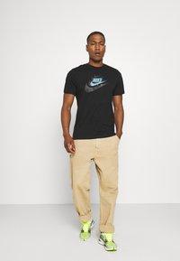 Nike Sportswear - TEE MULTIBRAND - T-shirt med print - black - 1