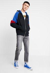 Levi's® - PIECED FULLZIP HOODIE - Collegetakki - hoodie black/ sodalite - 1