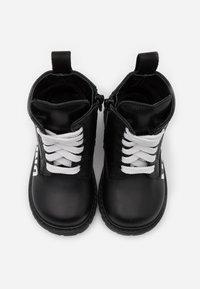 MOSCHINO - Šněrovací kotníkové boty - black/white - 3