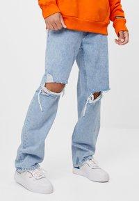 Bershka - MIT RISSEN - Jeans Straight Leg - blue denim - 0