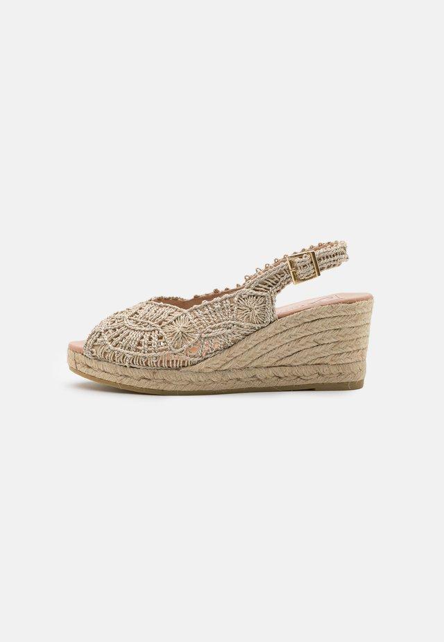GORI - Sandały na platformie - oro