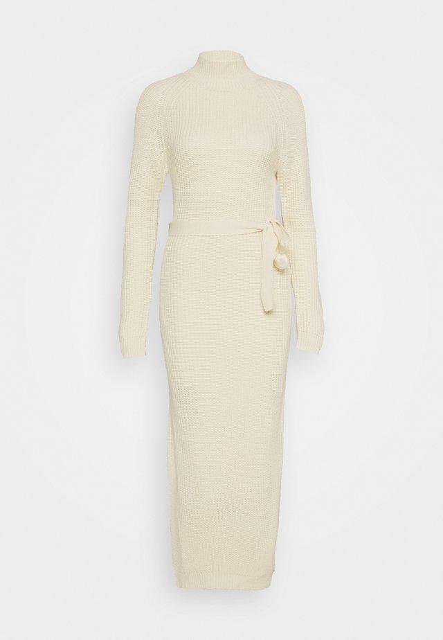HIGH NECK BELTED MAXI DRESS - Gebreide jurk - cream