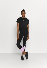 DKNY - STACKED REPEAT LOGO BOXY KNOT TEE - Print T-shirt - black - 1