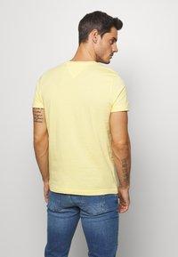 Tommy Hilfiger - LOGO TEE - T-shirt z nadrukiem - yellow - 2