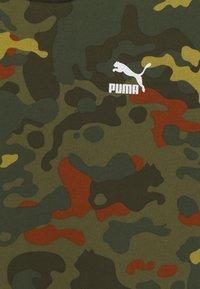 Puma - CLASSICS GRAPHICS TEE - Triko spotiskem - forest night - 2