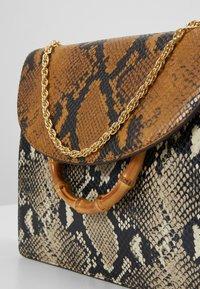 Loeffler Randall - MARLA SQUARE BAG WITH CHAIN - Torebka - amber/sand - 6
