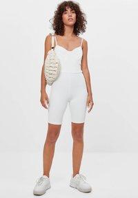 Bershka - CORSAGE-JUMPSUIT MIT RADLERHOSE 08184326 - Jumpsuit - white - 1