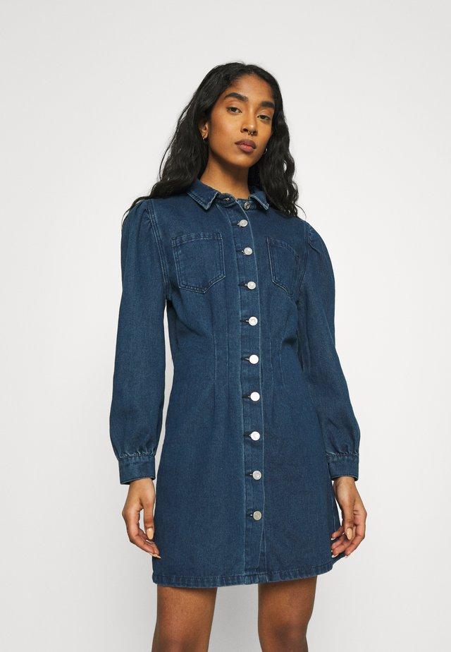 CINCHED WAIST SHIRT DRESS - Denimové šaty - deep blue