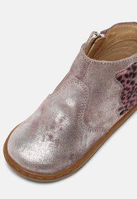 Shoo Pom - BOUBA PIMPIN - Stivaletti - silver/pink - 6