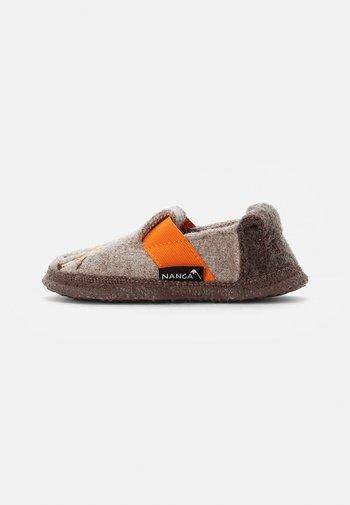 LAZY GIRAF - Slippers - natur
