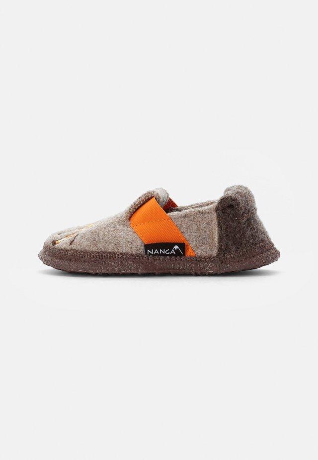 LAZY GIRAF - Domácí obuv - natur