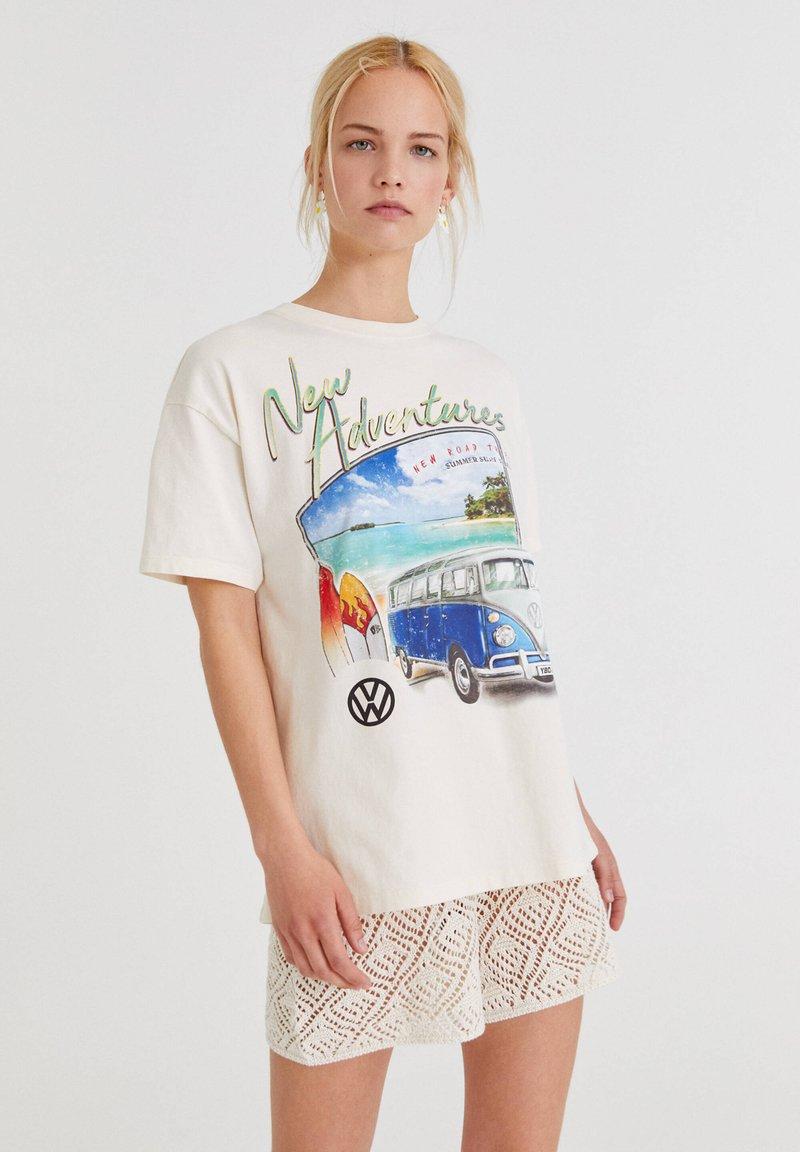 PULL&BEAR - VOLKSWAGEN BULLI - T-shirt con stampa - white