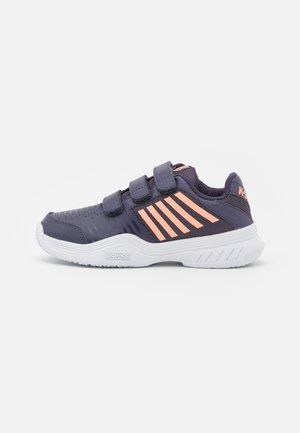 COURT EXPRESS STRAP OMNI UNISEX - Multicourt tennis shoes - graystone/peach nectar/white