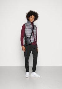Calvin Klein - ESSENTIAL SIDE LOGO VEST - Vesta - medium charcoal - 1