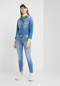 CLOSED - BAKER MID WAIST CROPPED LENGTH - Slim fit jeans - mid blue - 1