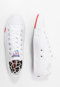 Converse - CHUCK TAYLOR ALL STAR  - Sneakersy niskie - white/university red/black - 5