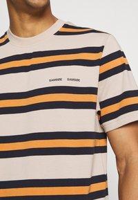 Samsøe Samsøe - NORSBRO - Print T-shirt - golden ochre - 4