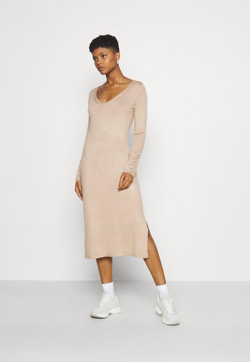 Even&Odd - KNIT MAXI V NECK DRESS WITH SLIT - Strikket kjole - camel