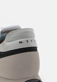 Nike Sportswear - DBREAK TYPE UNISEX - Trainers - black/white/grey fog/college grey/bucktan - 7