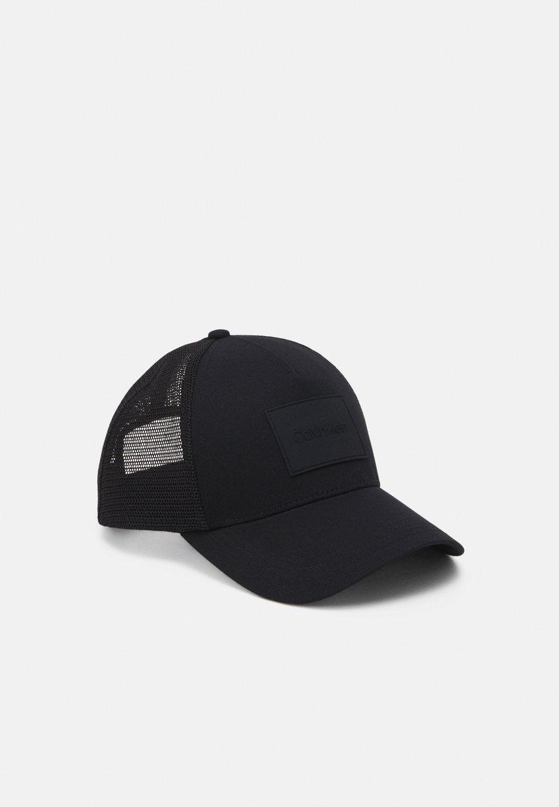 Calvin Klein - TRUCKER UNISEX - Czapka z daszkiem - black