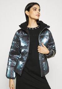 Calvin Klein Jeans - IRIDESCENT STAND COLLAR PUFFER - Winter jacket - gentian violet - 3