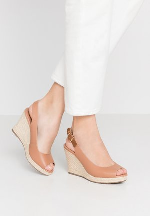 WIDE FIT KICKS - Sandalias de tacón - camel