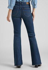 Lee - BREESE - Flared Jeans - dark de niro - 2