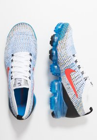 Nike Sportswear - AIR VAPORMAX FLYKNIT - Matalavartiset tennarit - white/habanero red/university gold/photo blue/black/metallic silver - 1